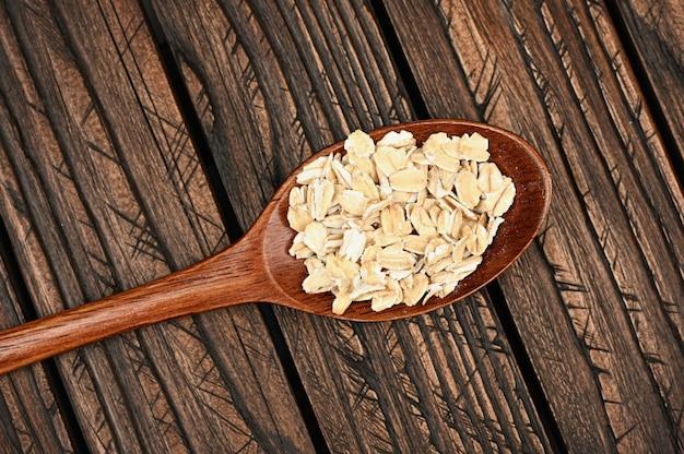 木の板にオート麦フレークと木のスプーン
