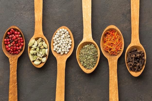 Cucchiaio di legno con spezie sul tavolo