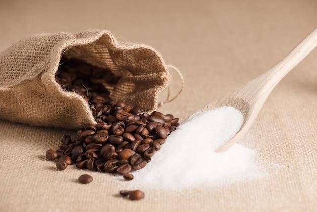 Деревянная ложка с сахаром и мешок из рафии с кофе