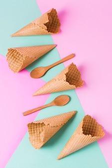 Cucchiai di legno e coni gelato