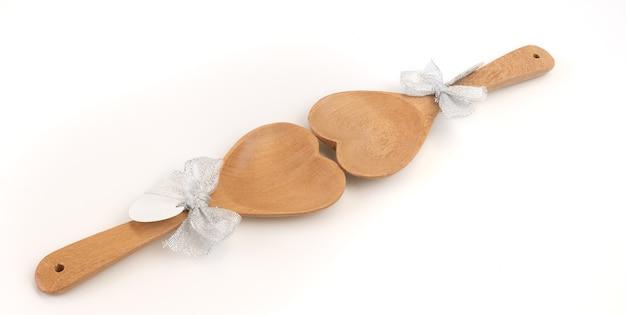 Деревянные ложки в форме сердца с бумагой для текста на белом