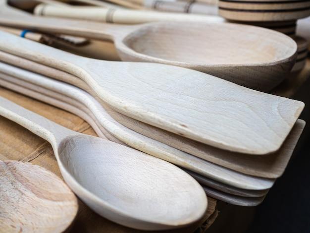 カウンターにさまざまな種類の木のスプーン。キッチンで使用する自家製の木製スプーン