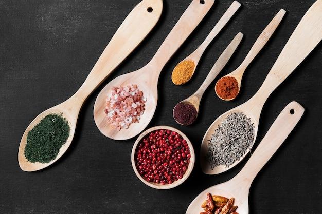 テーブルの上の粉末調味料と木製のスプーン