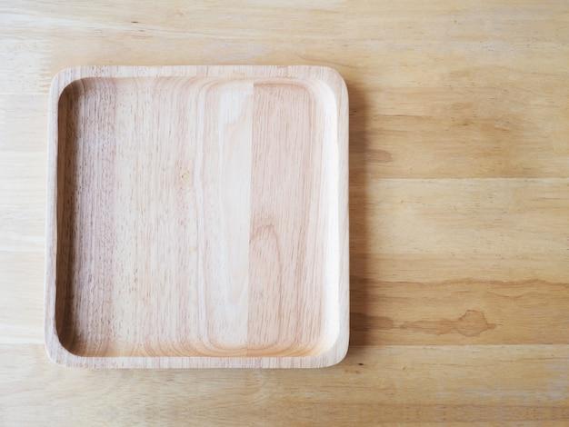 木の上の木製の正方形と丸皿
