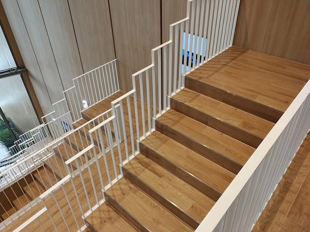 Деревянные лестницы и белые лестничные перила
