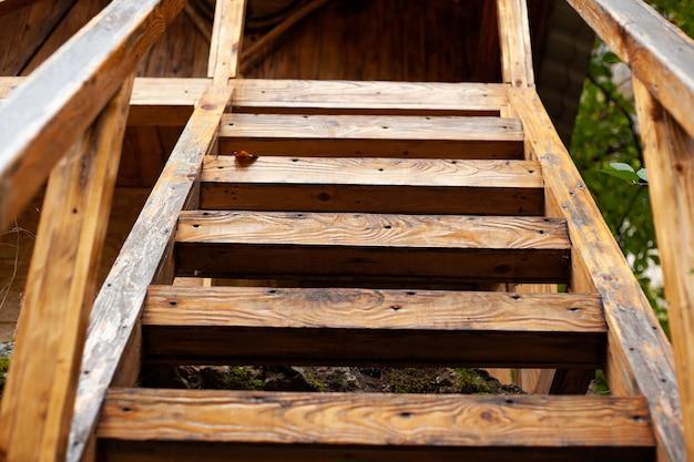 나무 계단이 집으로 올라갑니다.