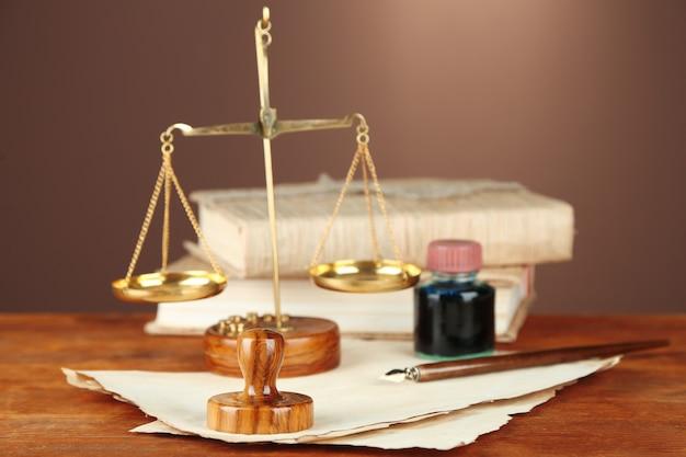 木の切手、正義の天秤、木のテーブルの古い書類