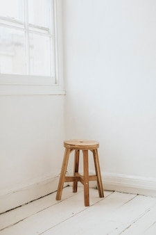 방 구석에 나무 의자 무료 사진