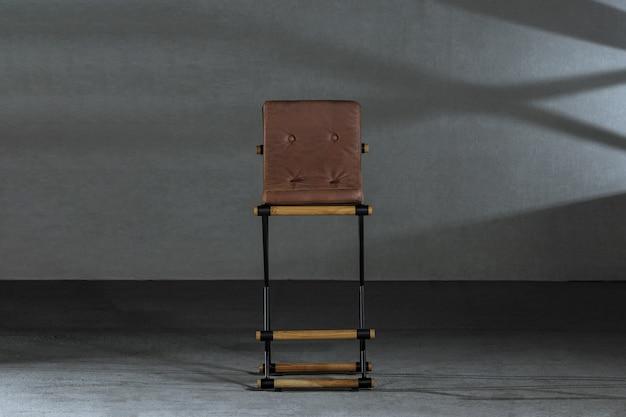 Sgabello in legno con gambe in metallo nella bottega del falegname