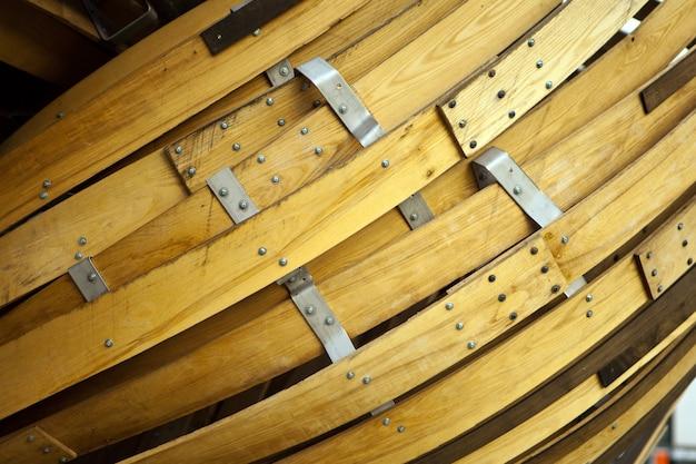 木製の縞模様の湾曲した背景、抽象的なデザイン。彫刻として木材の詳細を曲げます。