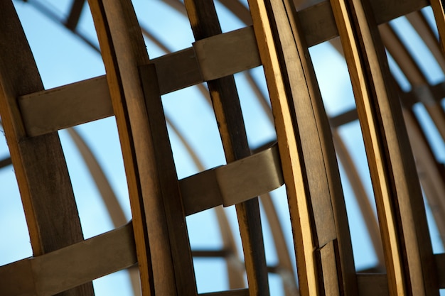 木製の縞模様の湾曲した背景、抽象的なデザイン。木材の細部を彫刻として曲げます。