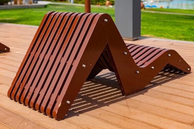 사람이 없는 고급 리조트의 갑판에 있는 나무 일광욕 의자
