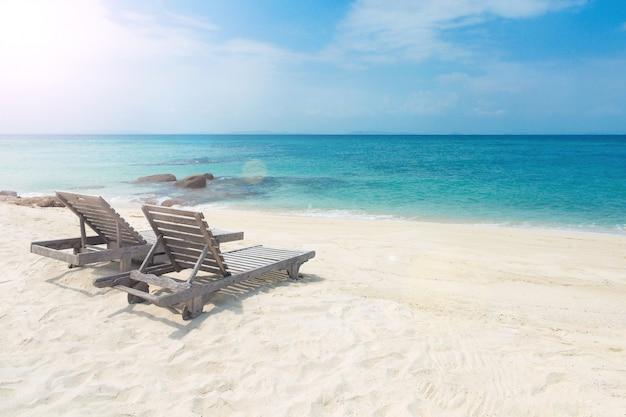 きれいな砂のビーチで木製のサンベッド