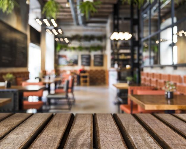 Superficie di legno che guarda fuori al ristorante vuoto