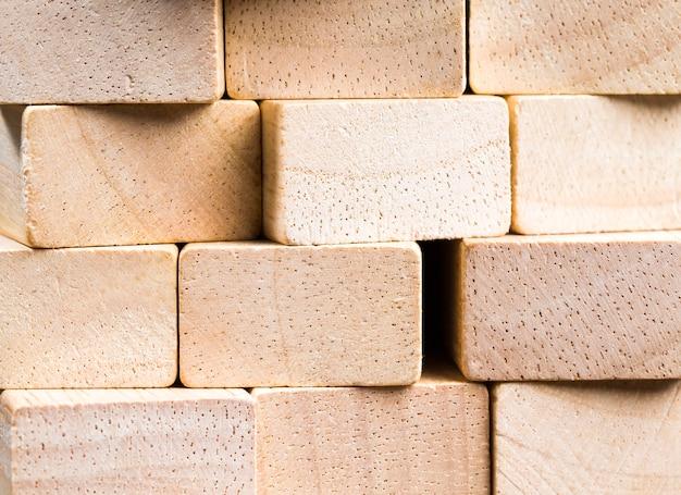 木の材料で作られた同じサイズの立方体で作られた木製の表面