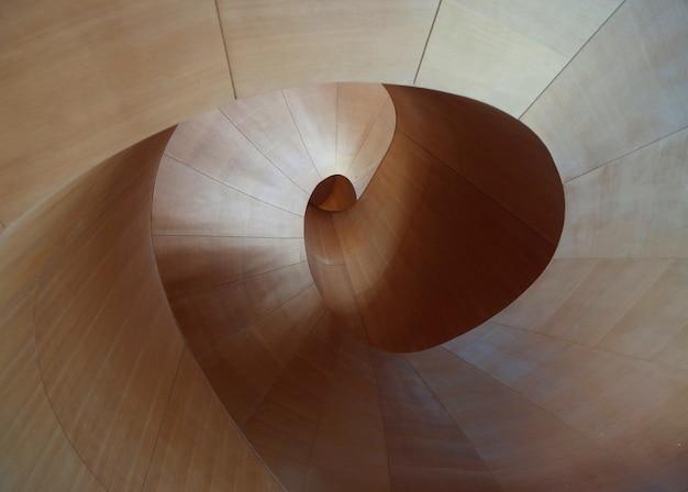 回転する円形パターンを持つ木の表面