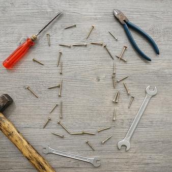 도구와 나사 프레임 나무 표면
