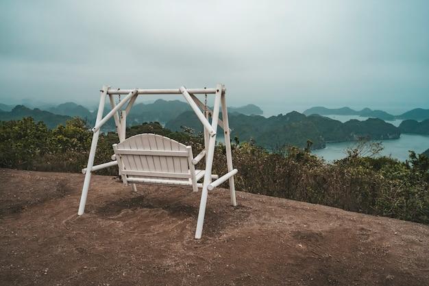 朝、ビーチの木からぶら下がっている木製のブランコ、cat ba島、ベトナム、ハロン、