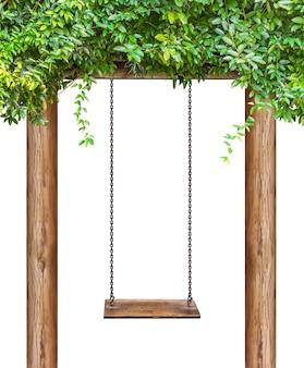 나무 기둥에 매달려 있고 클리핑 패스가 있는 흰색 배경에 격리된 나무 그네