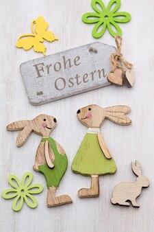 Деревянные символы кролика, цветов и бабочек.