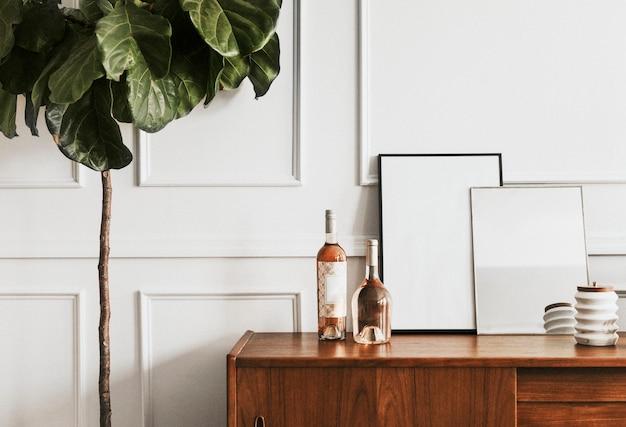 흰 벽에 나무 테이블