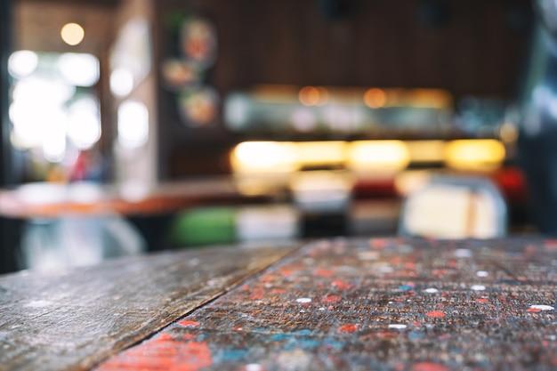 카페에서 배경이 흐릿한 나무 테이블과 의자