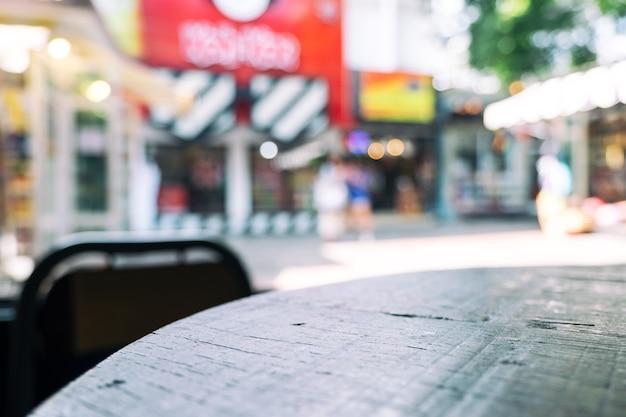 배경이 흐릿한 나무 테이블과 의자