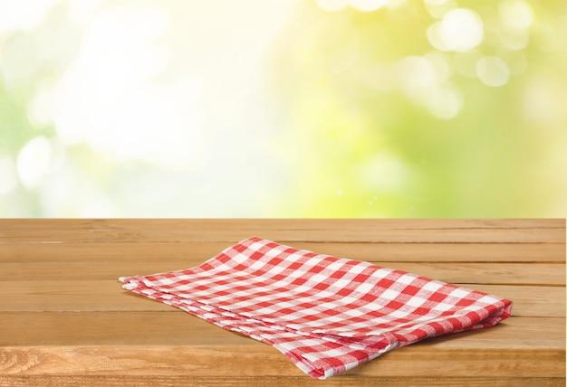 木製のテーブルと背景にカラフルなナプキン
