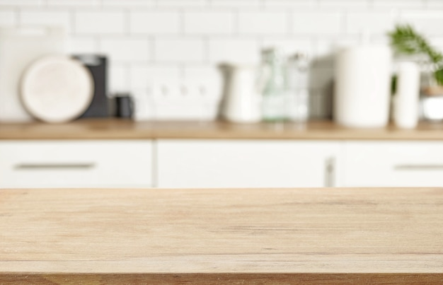 Деревянный стол и расфокусированные кухонный интерьер фон