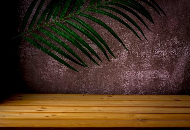 ショー製品の展示とプレゼンテーションのための木製のテーブル、ヤシの葉と暗い頑丈な背景