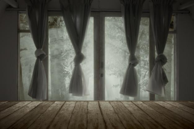 숲과 버려진 집에 나무 테이블
