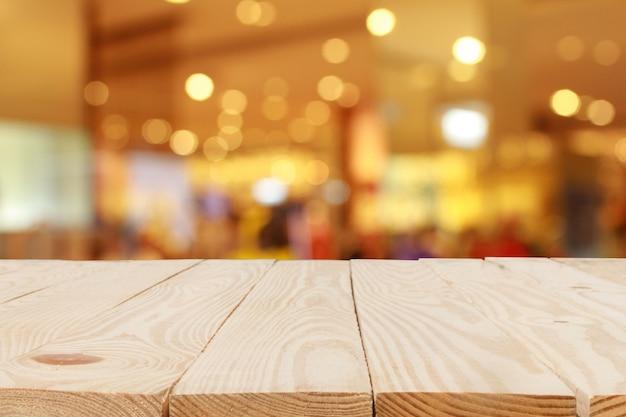 Деревянный стол перед абстрактным размытым фоном боке