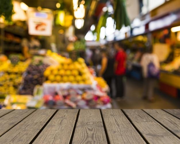 과일 시장을 바라 보는 나무 테이블