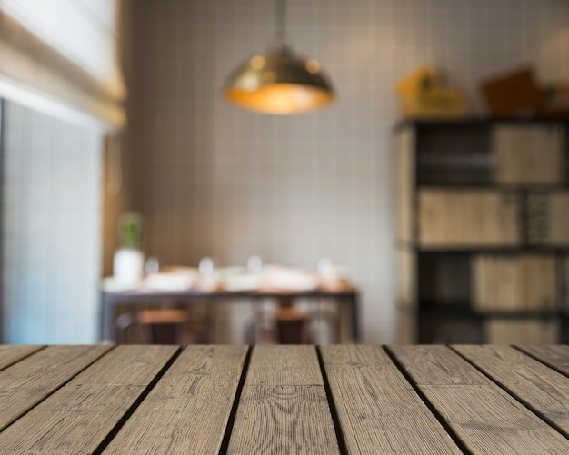 Деревянный стол, выходящий в библиотеку
