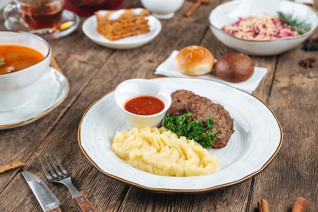Деревянный стол с русскими блюдами для обеденного меню