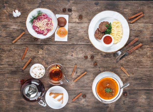 Деревянный стол с русскими блюдами на обед