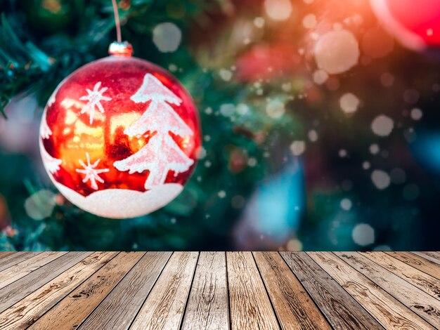 눈과 빛이 나무에 흐릿한 크리스마스 공에 나무 테이블 상단