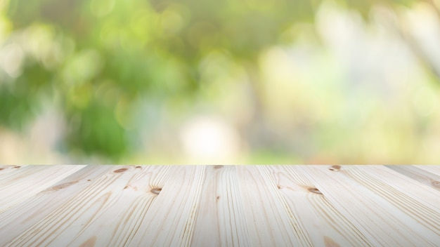 緑の自然の背景に木製のテーブルトップ