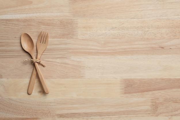 背景の台所用品と木製のテーブルトップ