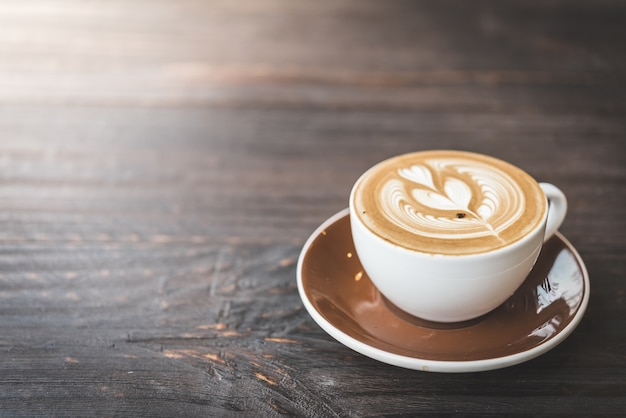 한 잔의 커피와 나무 테이블