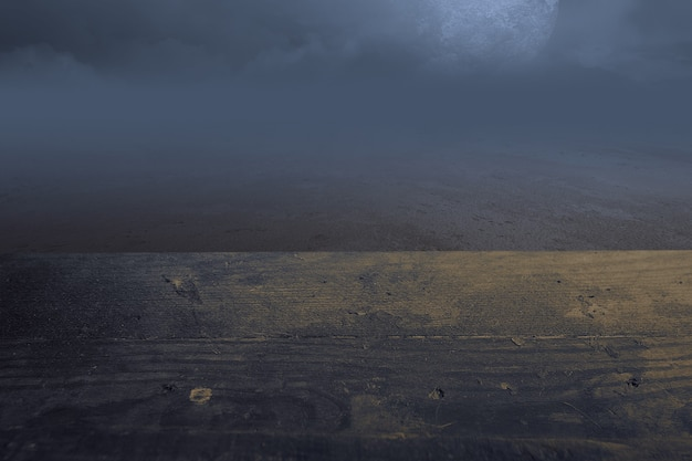 夜に暗い雲景と満月の木製テーブル。ハロウィーンのコンセプト