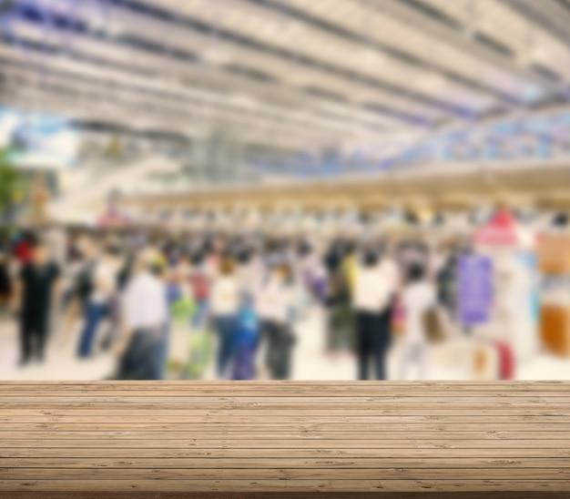 空港のぼやけた背景と木製のテーブル