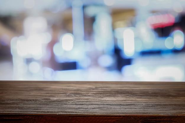 Деревянный стол с размытым фоном
