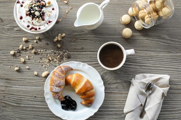 朝食用食品と木製のテーブル