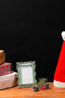 クリスマスの装飾やギフトと木製のテーブル。クリスマスのコンセプト