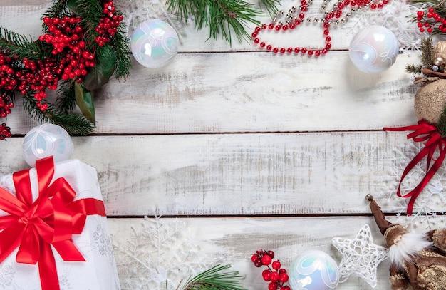 Деревянный стол с рождественскими украшениями с копией пространства для текста.