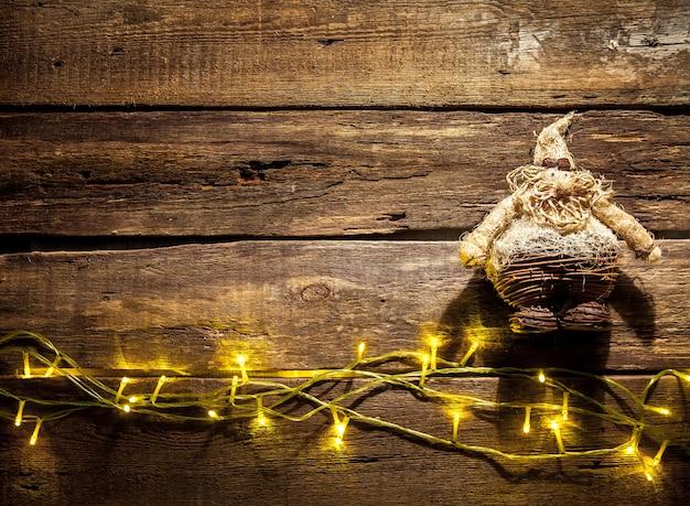テキスト用のコピースペースとクリスマスの装飾が施された木製のテーブル。