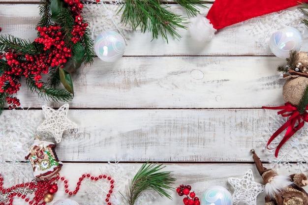 Деревянный стол с рождественскими украшениями с копией пространства для текста