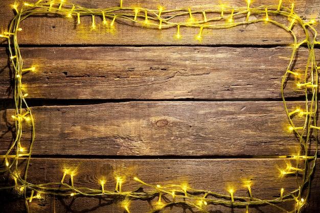 Tavolo in legno con decorazioni natalizie con copia spazio per il testo.