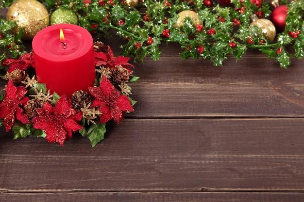 クリスマスの要素を持つ木製テーブル